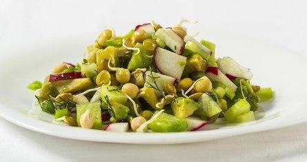 Весенний салат с чечевицей и горошком