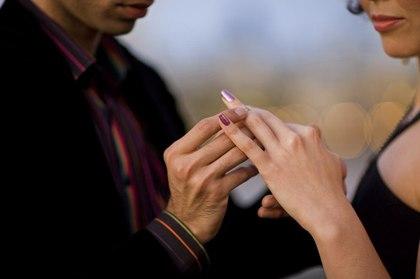 Обручальное кольцо с бриллиантом - в чём опасность?