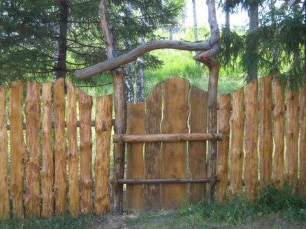 Строим забор из горбыля на даче своими руками