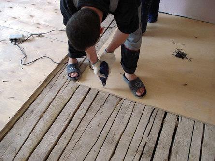 Как уложить линолеум на деревянный пол