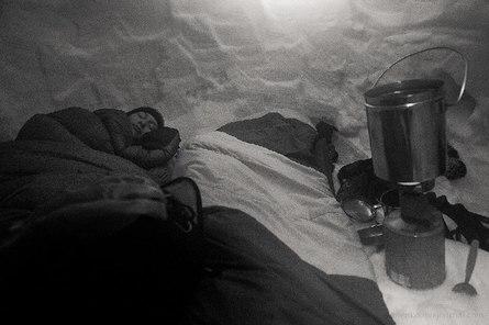 Ночёвка в самодельной пещере из снега в мороз