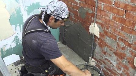 Как правильно выровнять стены перед их отделкой обоями?