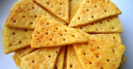 Лёгкие сырные крекеры своими руками - рецепт
