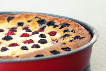 Нежный бисквитный пирог с ягодой